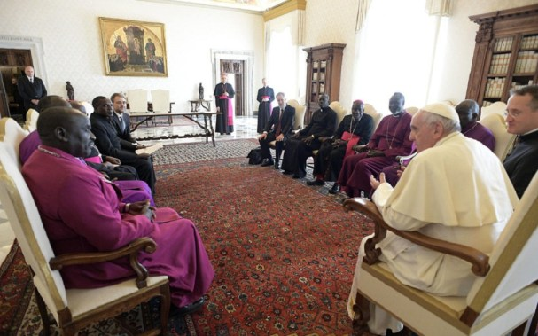 Pope Francis (R) meeting with a Delegation of the Council of Churches of South Sudan on March 23, 2018 at the Vatican. / AFP PHOTO / OSSERVATORE ROMANO / HO