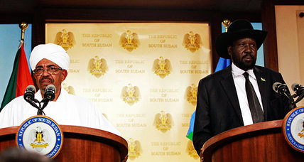 Sudanese President Omar Al-Bashir (L) and South Sudanese Counterparts Salva Kiir Mayardiit in a press conference in Juba (File photo)