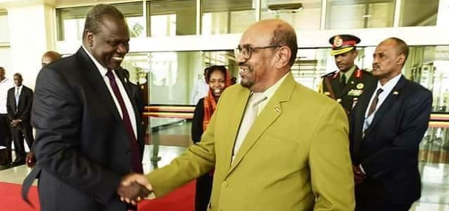 South Sudan's Machar, (L) shakes hands with Sudanese President Omar Hassan Al-Bashir as they arrives in the state house, Kampala, Uganda July 7th 2018 (File photo)