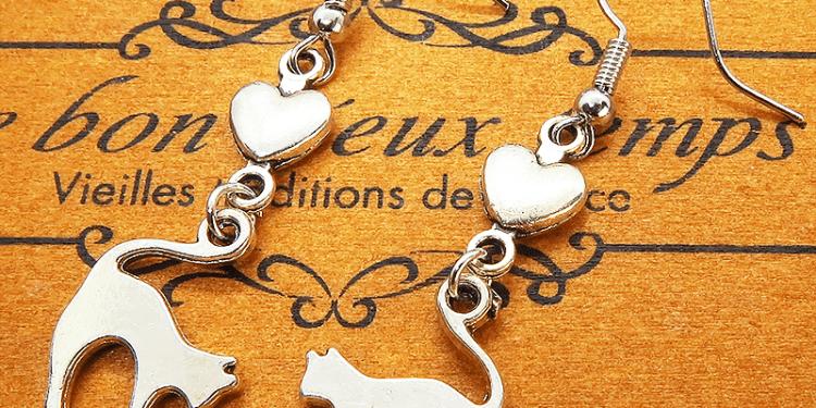 飛び猫とハートの組み合わせたアンティークシルバー(銀古美色)の可愛いピアス