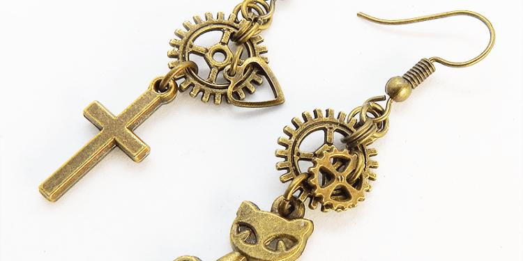 スチームパンク風アンティークゴールドの猫とロザリオと歯車・ギアのアシンメトリーピアス 真鍮古美色