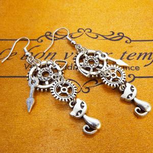 シルバーカラー(銀古美色)の猫と歯車・ギアのピアス 時計の針 ハート