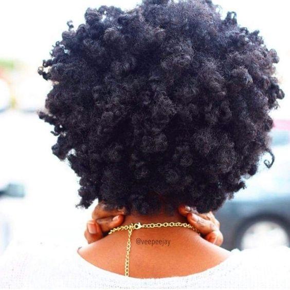 les eaux de rinçage sur les cheveux crépus