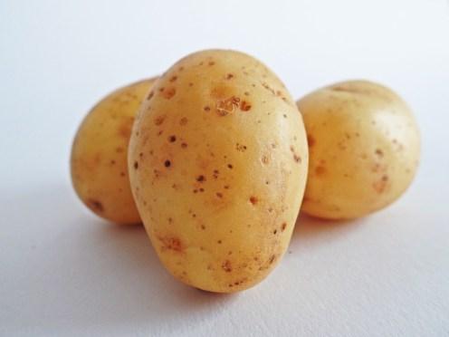 la pomme de terre stimule la pousse du cheveu