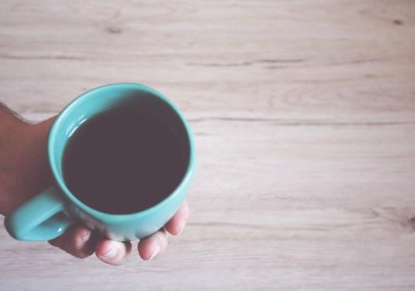 le rinçage au thé noir ou au thé vert