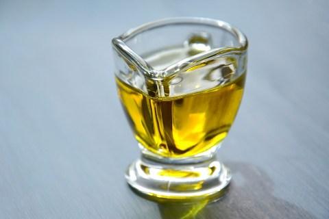 mélange d'huile à mettre à chauffer afin que les bienfaits des huiles pénètrent la fibre capillaire