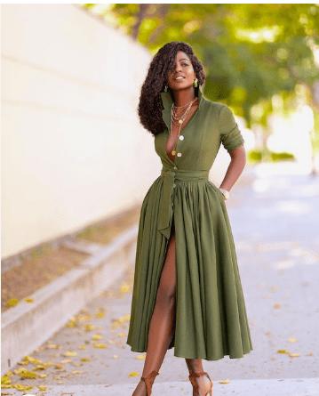 robe chemise verte, serré à la taille avec une fente longue