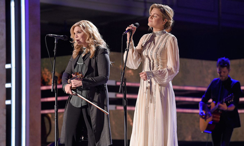 Alison Krauss and Kelsea Ballerini at CMT Artists of the Year ceremony. Photo by Jason Kempin / Getty Images via CMT.com
