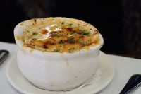 Onion_soup,_Balthazar.jpg