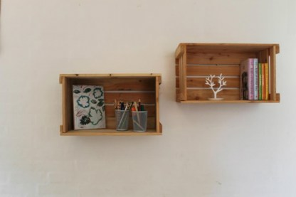 Æblekasser som bogkasser på væggen