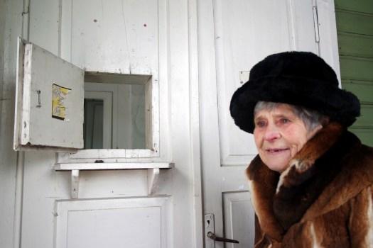 Buvusi akušerė Dalija Julija Karvelienė prie langelio, menančio Anykščių gimdymo namų istoriją.