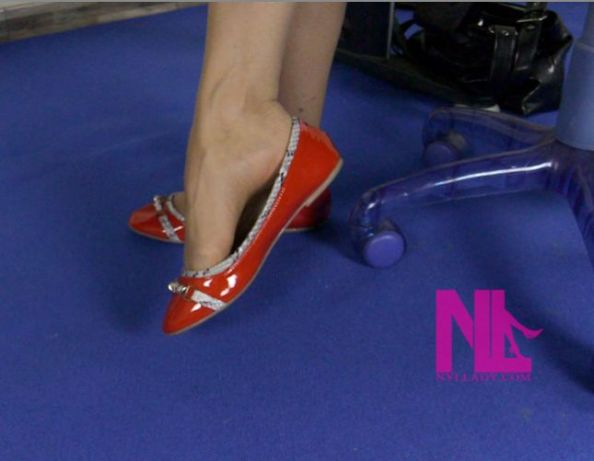 secretarys-heelpopping-in-red-flats1