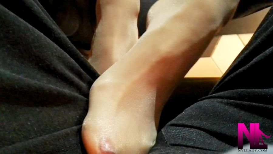 20180127_footsie-in-a-bar-in-nude-pantyhose-and-red-nailpolish