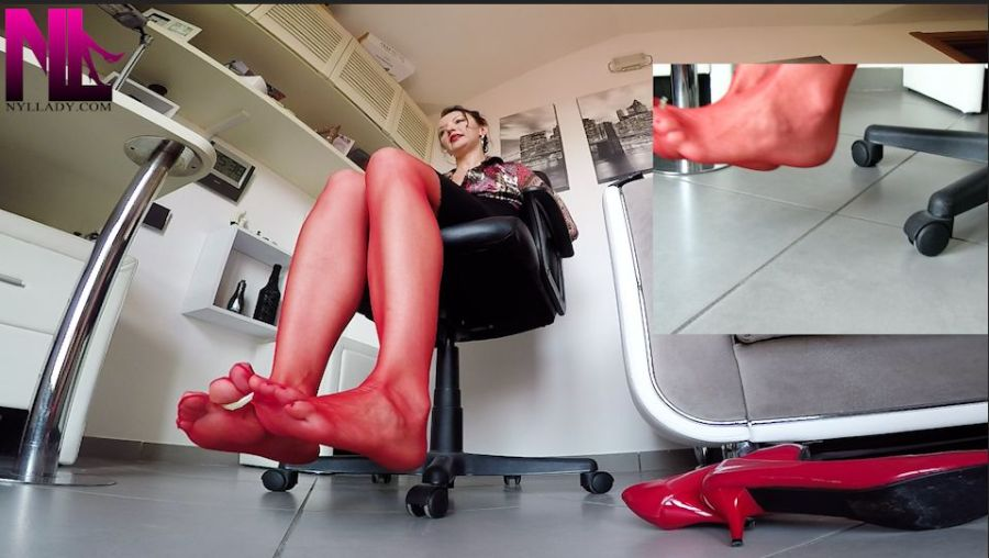 20180806_custom_bondage-in-red-pantyhose-and-red-nailpolish-in-the-office