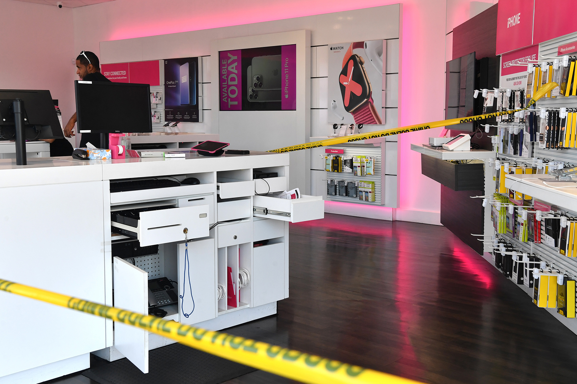 Brooklyn T Mobile Store Robbed At Gunpoint Workers Tied Up