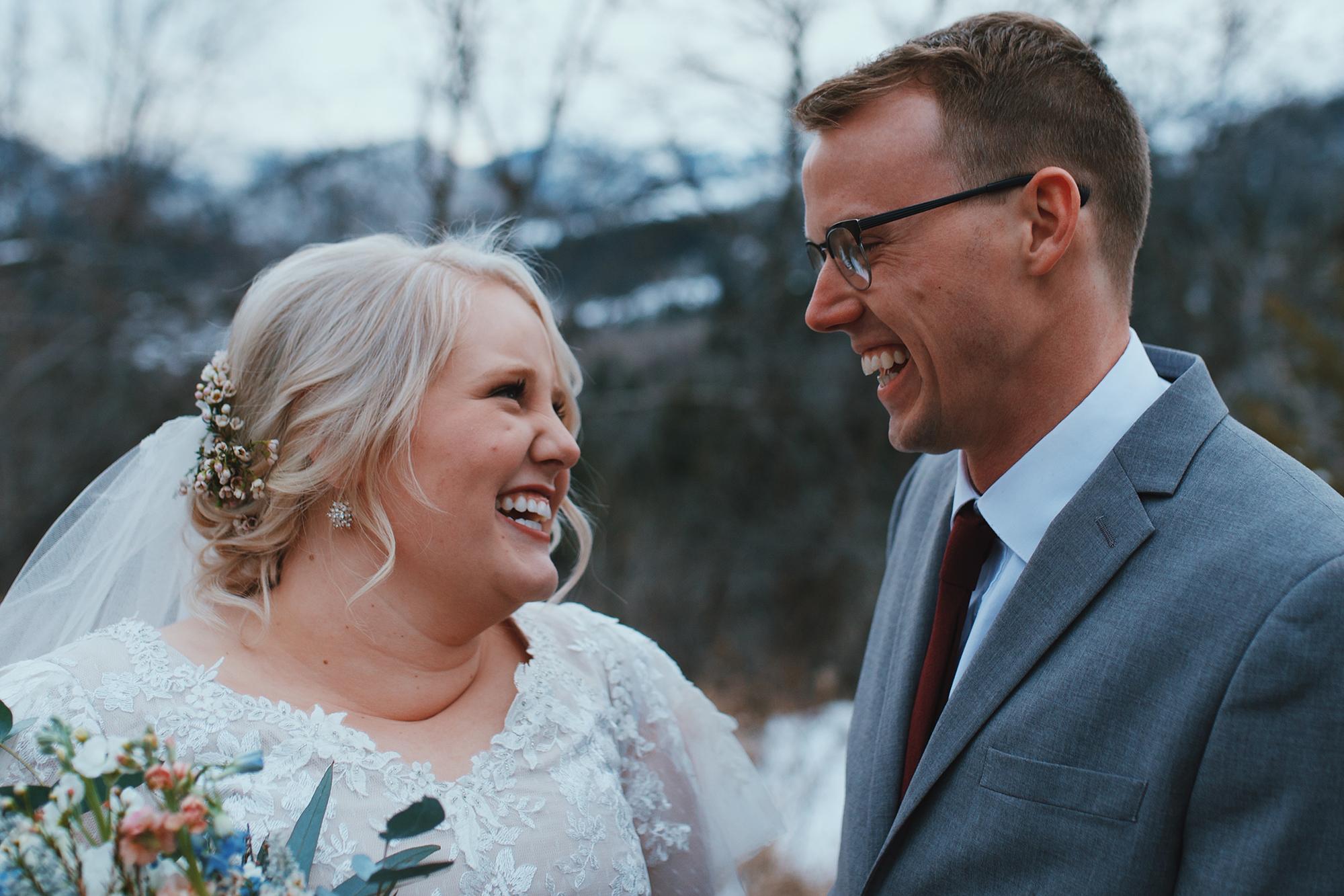 Skyler e a esposa em seu casamento.