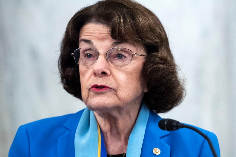 Los Angeles Times columnist urges senator Dianne Feinstein to resign 1