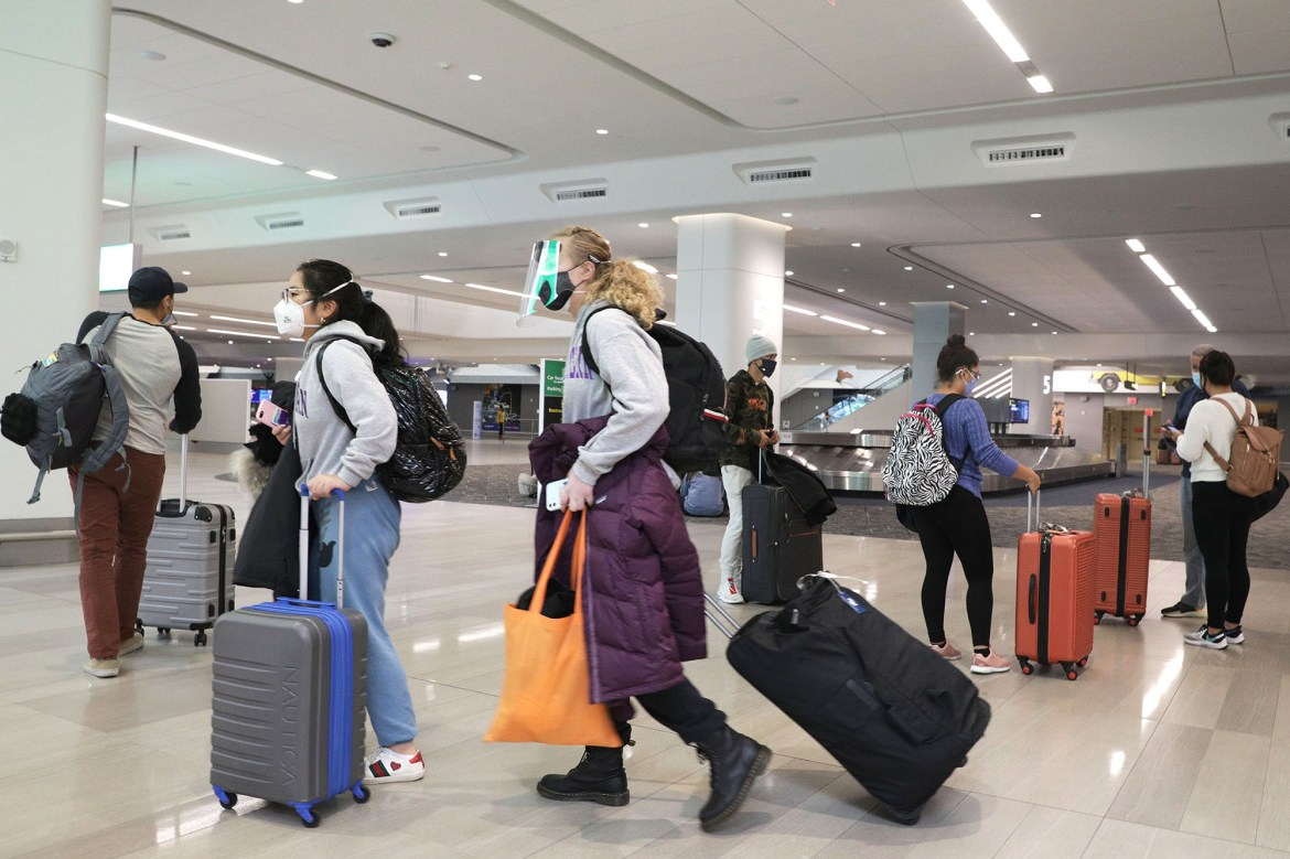 Travelers ignore guidance to stay home, pack airports for holiday travel 1
