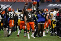 Browns make NFL playoffs for first time since 2002