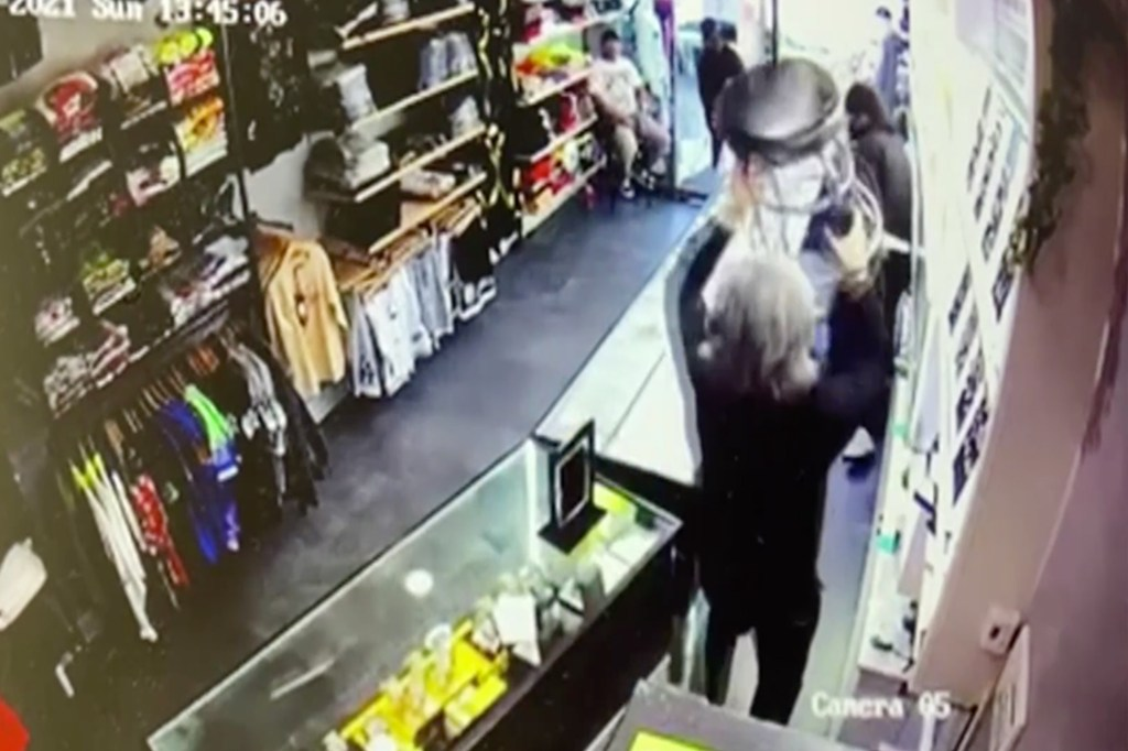 Video shows Bronx jewelry store thieves chased off by stool-wielding person