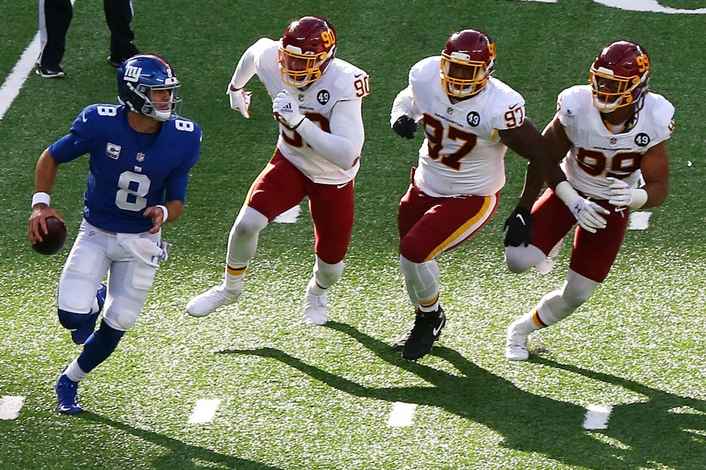 Daniel Jones escapes Washington defenders.