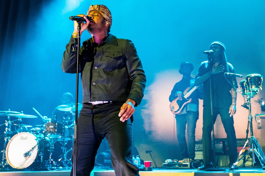 Leon Bridges performing
