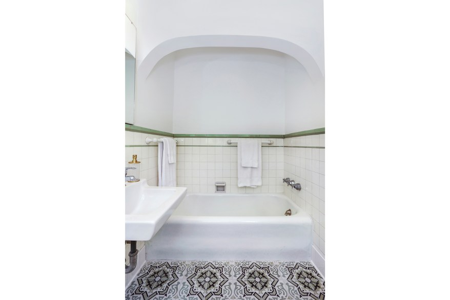 This bathroom also has an arched entry to the tub.