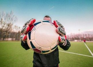 Menangkap Bola Ala Kiper Handal
