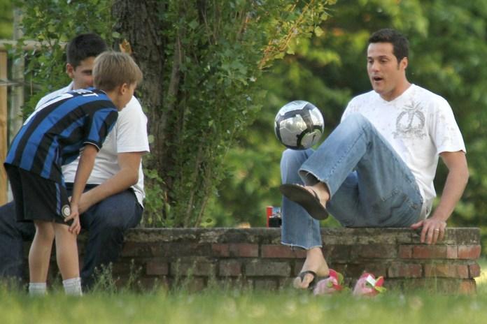 Ilustrasi: Olahraga Bola Bersama Keluarga
