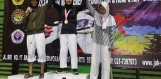 Linka (Tengah) saat meraih juara satu pada Juara 1 Kejuaraan STMIK Jakarta IV Under 44KG