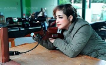 perempuan-indonesia-menembak