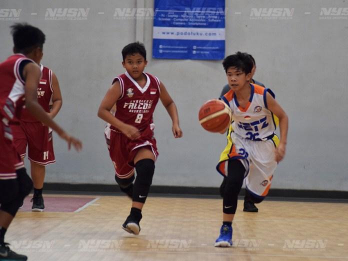 Pemain-Jetz-(Putih)-berupaya-membawa-bola-saat-melawan-Indonesia-Falcons-(Merah)