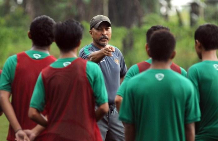 Pelatih Timnas U-16, Fakhri Husaini memberi instruksi pada anak asuhnya. (net)