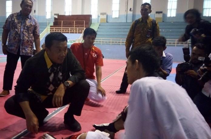 Menpora Imam Nahrawi berbincang dengan atlet Taekwondo nomor Kyorugi, Ibrahim Zarman, saat mengunjungi Pelatnas di Gedung POPKI, Jakarta Timur. (Adt/NYSN)