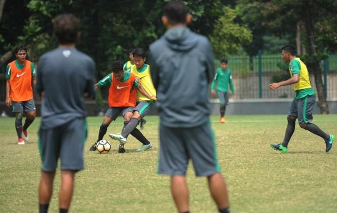 Pelatih Timnas U-23 Luis Milla tampak mengamati Latihan Timnas U-19 pada Jumat (23/3) pagi di Lapangan ABC, Senayan, Jakarta. (Pras/NYSN)