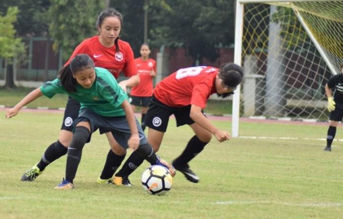 Timnas Putri U-16 (hijau) menang 6-0 saat melakuan uji coba perdana melawan tim putri Pro Academy Jakarta pada Sabtu (24/3). (Ham/NYSN)