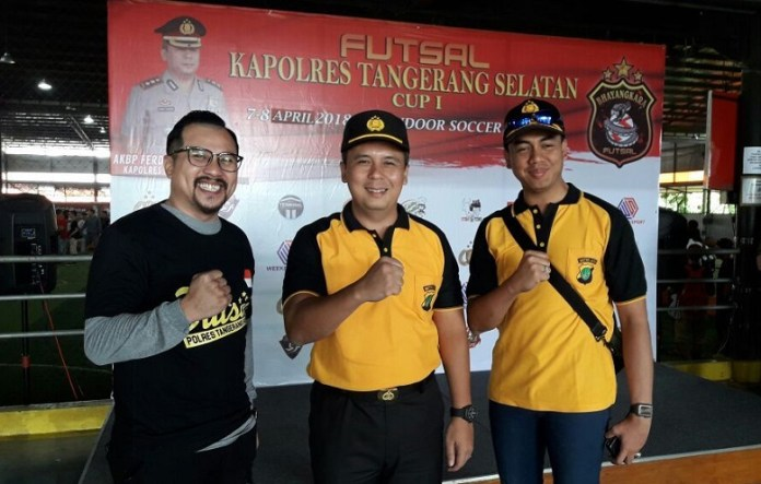 Kapolres Tangerang Selatan Akbp Ferdy Irawan, SIK, M.Si (tengah) membuka langsung turnamen Futsal Kapolres Cup 1, yang memperebutkan Piala bergilir Kapolres Tangerang Selatan. (contrasnews.com)