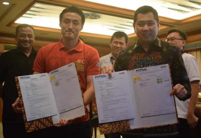 Menjadi pelatih anyar timnas futsal Indonesia, Pelatih asal Jepang, Kensuke Takahasi (kiri) langsung menangani tiga tim sekaligus. (Ham/NYSN)