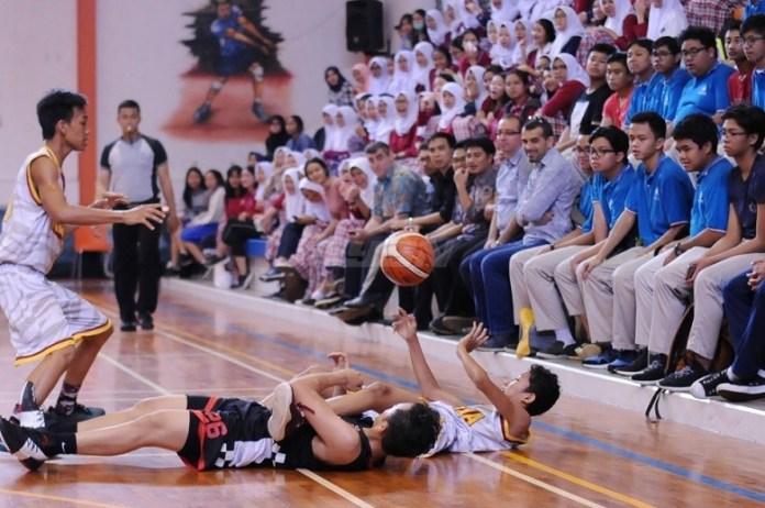 Meski jatuh bangun, tim SMAN 6 Depok (puith) takluk dari tim tuan rumah SMA Kharisma Bangsa dengan skor akhir 56-32 di NYSN High School Basketball Cup 2018. (Pras/NYSN)