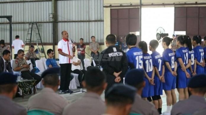 Mulyana (Deputi Peningkatan Prestasi Olahraga) mewakili Menpora meninjau Eksibishi Tim Sepak Takraw Asian Games, di GOR Markas Korps (Mako) Brimob, Kelapa Dua, Depok, Kamis (26/4). (Kemenpora)