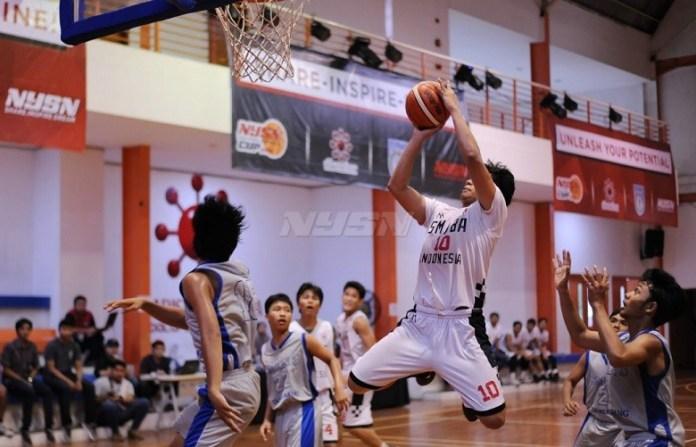 Pemain Tim basket putra Sekolah Menengah Atas Kharisma Bangsa (SMABA) bersiap melakukan poin ke jala SMAN 3 Kota Tangerang, dalam pertandingan Minggu (22/4). (Pras/NYSN)