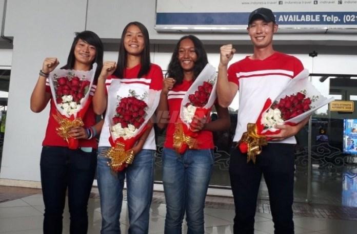 Tim Piala Fed Junior 2018 yang terdiri dari (ki-ka) Priska Madelyn Nugroho , Janice Tjen dan Nadya Dhaneswara serta Ryan Tanujoyo, lolos ke putaran final di Hungaria. (vavel.com)