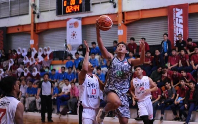 Tim basket putra SMA Kharisma Bangsa (putih) makin percaya diri dan berhasil meraih kemenangan kedua, usai melibas SMAN 13 Depok, dengan skor 57-14. (Pras/NYSN)