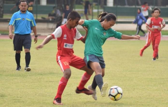 Timnas Putri U-16 (hijau) takluk 1-4 di laga uji coba melawan tim putra U-13 SSB Bina Sentra 1-4, pada Kamis (5/4). (Ham/NYSN)
