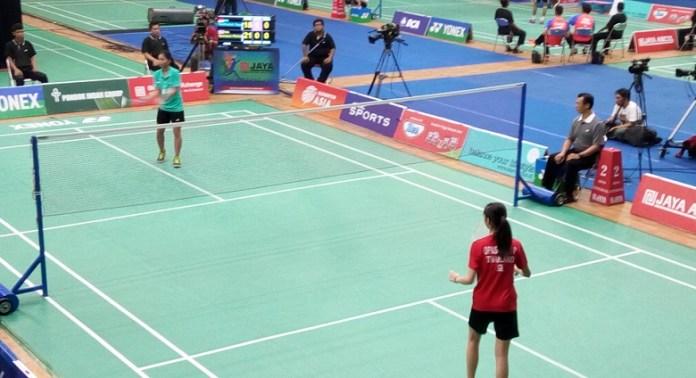 Tunggal putri U-15 asal PB Jaya Raya, Tasya Farahnailah (hijau), gagal ke final usai kalah dari pebulutangkis Thailand, Pitchamon Opatniput, 18-21, dan 12-21. (Adt/NYSN)