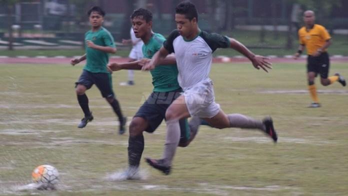 Ditengah guyuran hujan yang cukup deras, uji coba melawan PS TIRA U-17, Timnas U-16 (hijau) dipaksa bermain imbang 1-1 pada Kamis (3/5). (Ham/NYSN)