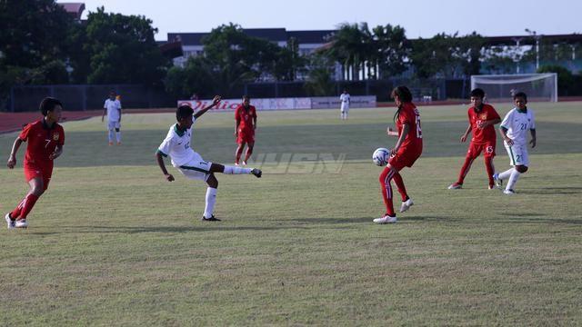 Laga Timnas Putri U-16 (putih) vs Laos di Piala AFF U-16, Minggu (6/5), di Stadion Atletik Jakabaring 1, Palembang. (Bola.com)