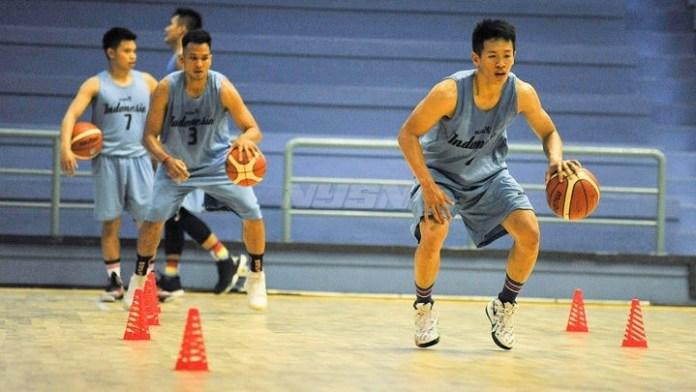 Para pebasket yang tergabung dalam pemusatan latihan nasional basket putra Asian Games 2018, sedang berlatih GOR Soemantri Brodjonegoro, Rabu (16/5). (kompas.com)