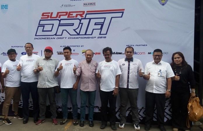 Sekretaris Olahraga Mobil IMI, Poedio Oetojo (kelima dari kanan), berharap event Kejurnas Drifting 2018 menjadi pembuktian junior unjuk prestasi. (Adt/NYSN)