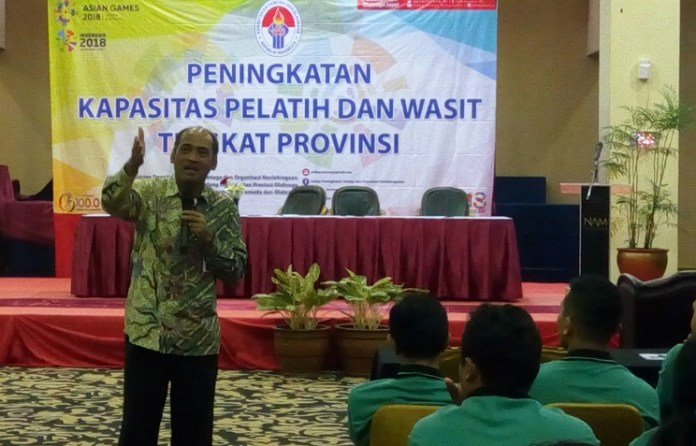 Mulyana (Deputi Peningkatan Prestasi Kemenpora) memberikan pemaparan Bimtek Kemenpora, di NAM Center Hotel, Kemayoran, Jakarta Pusat, Rabu (6/6). (Adt/NYSN)